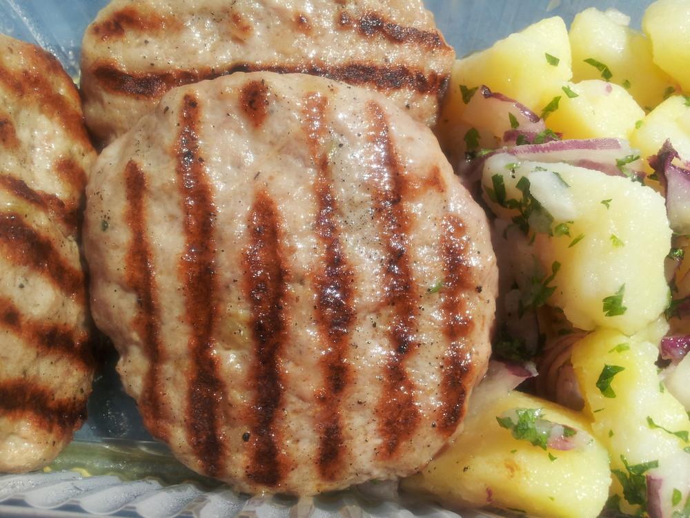 Пакетно меню: Пилешка супа + Порция от кюфтета на скара - 3бр. и гарнитура по избор